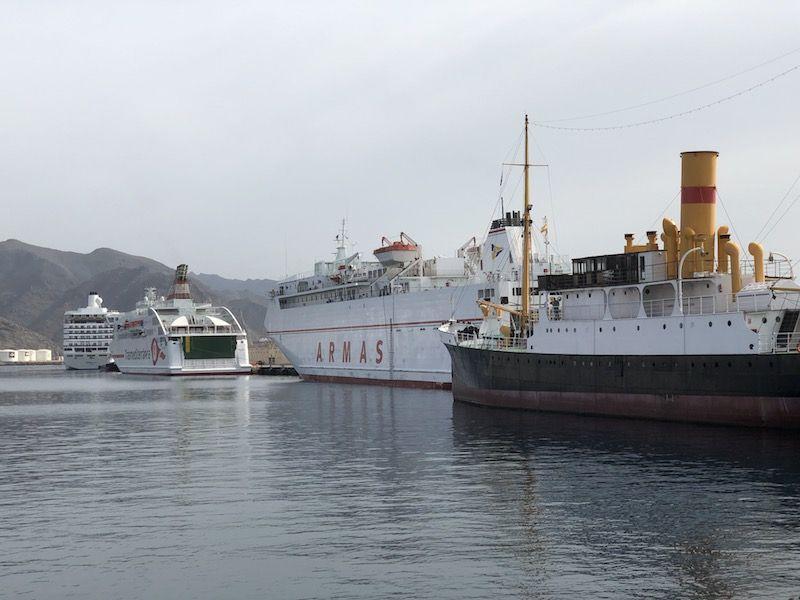 """El histórico vapor """"La Palma"""", el ferry más veterano de Naviera Yermas y el ferry """"Villa de Teror"""""""