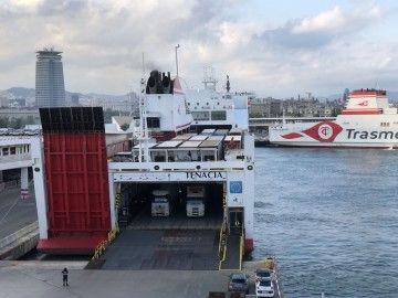 """El buque """"Tenacia"""", de popa, en el puerto de Barcelona"""