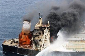"""El fuego persiste en la sección de popa del petrolero """"New Diamond"""""""