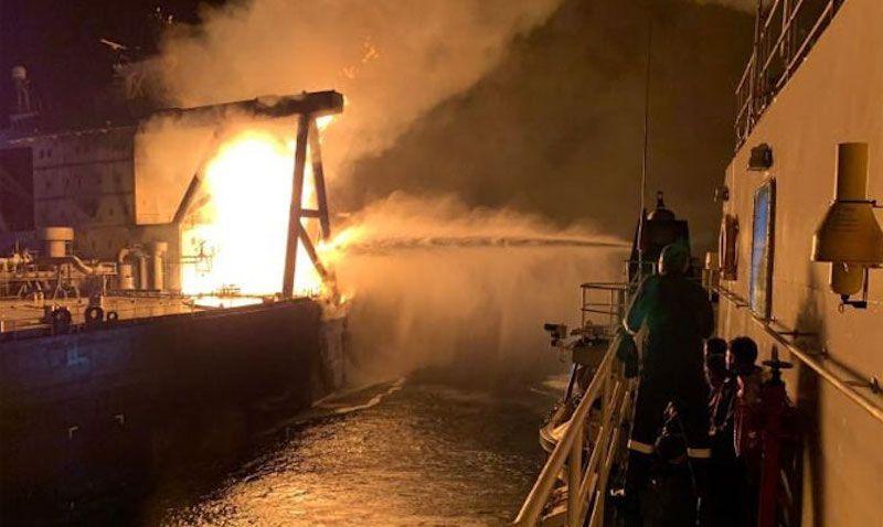 Labores contraincendios desde un buque del Indian Coast Guard