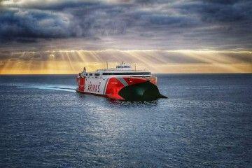 """El catamarán """"Volcán de Tirajana"""", de Naviera Armas, a su llegada al puerto de Los Cristianos"""