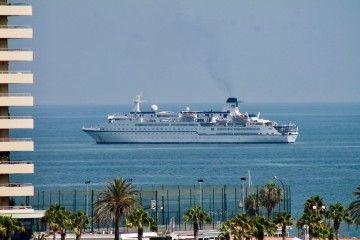 """El buque """"Berlín"""", en su reciente fondeo en el puerto de Málaga"""