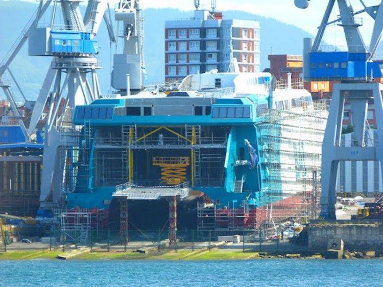 El nuevo catamarán de Balearia está siendo pintado con su imagen corporativa