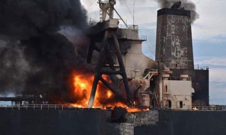 El fuego ha destruido la superestructura y la sección de popa del petrolero