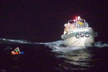 Efectivos del JCG proceden al rescate del marinero localizado con vida