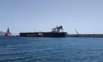 """El petrolero """"Botafogo"""", atracado en el muelle sur del puerto de Santa Cruz de Tenerife"""