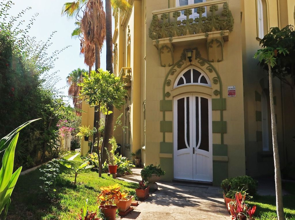 Detalle de la puerta principal y jardines