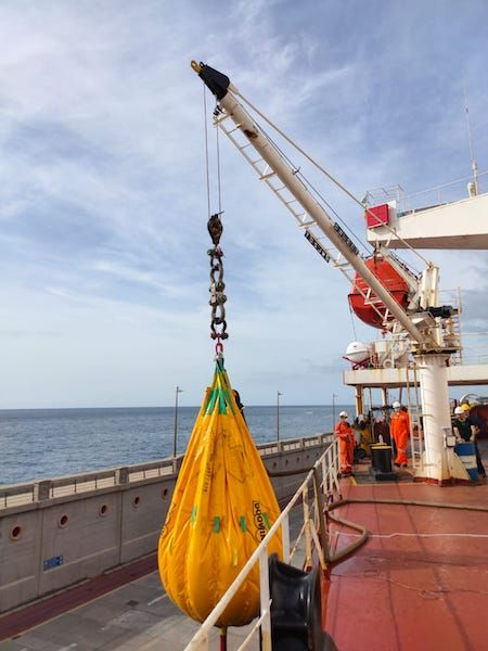 Pruebas de carga de la grúa de servicio del buque
