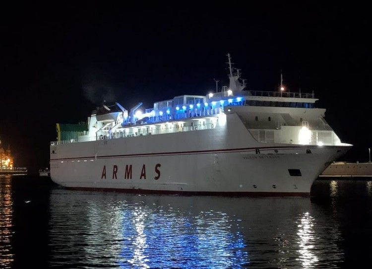 """Imagen nocturna del buque """"Volcán de Tauce"""" en el puerto dude Santa Cruz de Tenerife"""