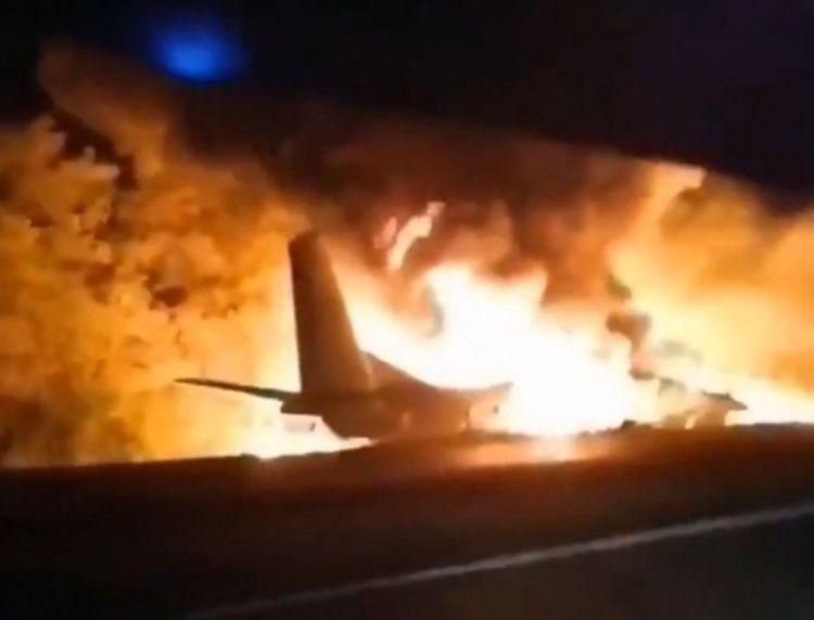 El avión, envuelto en llamas, tras estrellarse