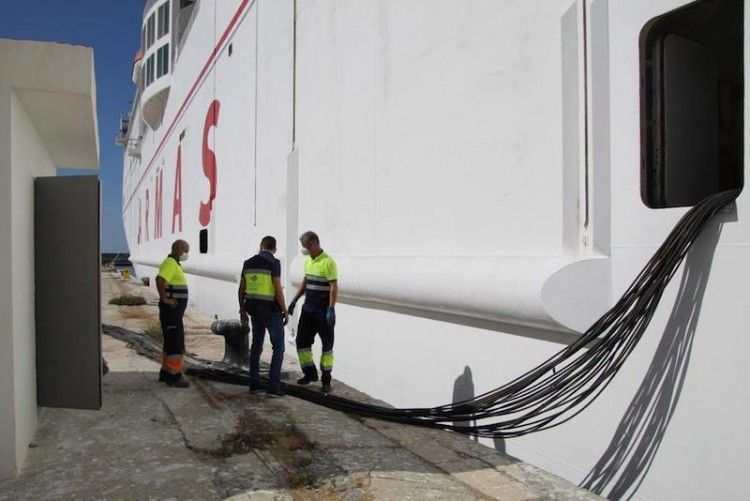 """La conexión eléctrica del puerto de Motril al ferry """"Volcán de Tinamar"""" culminó con éxito"""