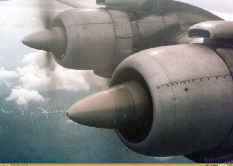 Motores del plano derecho del avión DC-7 de Spantax en vuelo