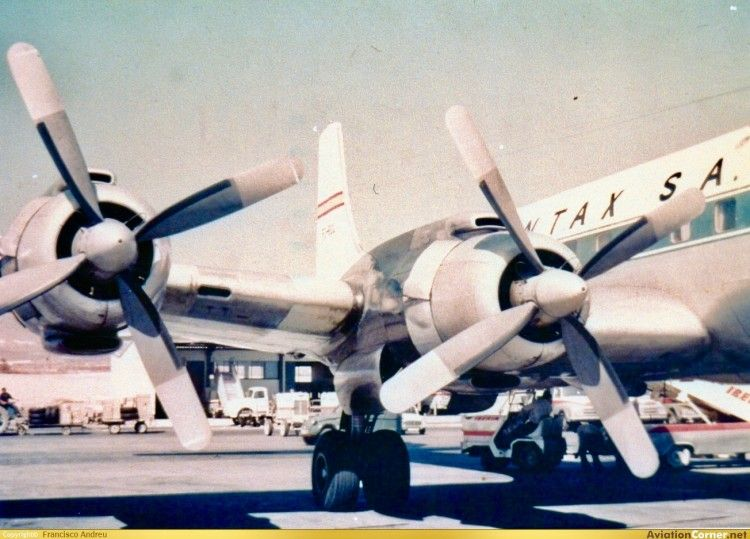 Motores del plano derecho de un avión DC-7 de Spantax