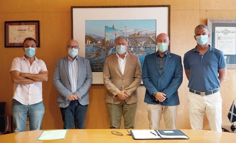 El presidente de la Autoridad Portuaria (centro) y los representantes de la ULL