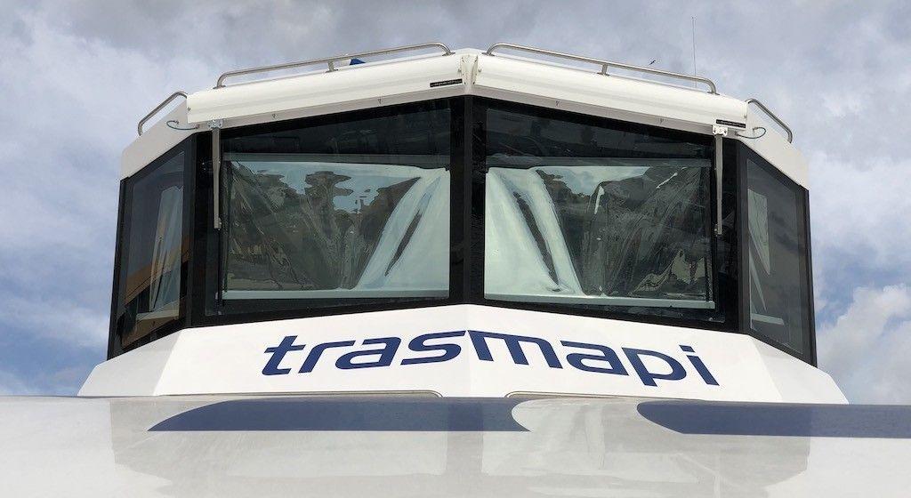 """Vista frontal del puente de mando del catamarán """"Migjorn Jet"""""""