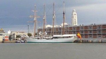"""El buque-escuela """"Juan Sebastián de Elcano"""", atracado en Montevideo"""