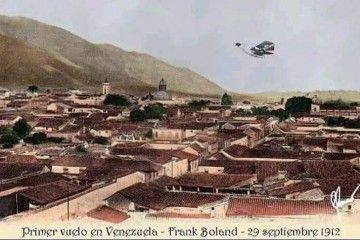 El aeroplano de Boland sobrevuela Caracas, la ciudad de los techos rojos