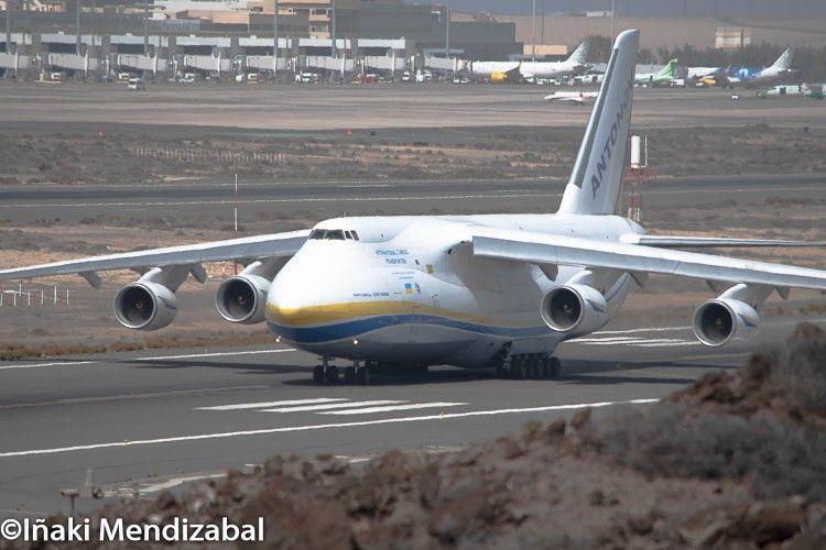 El avión Antonov An-124 rodando por la pista militar de Gando