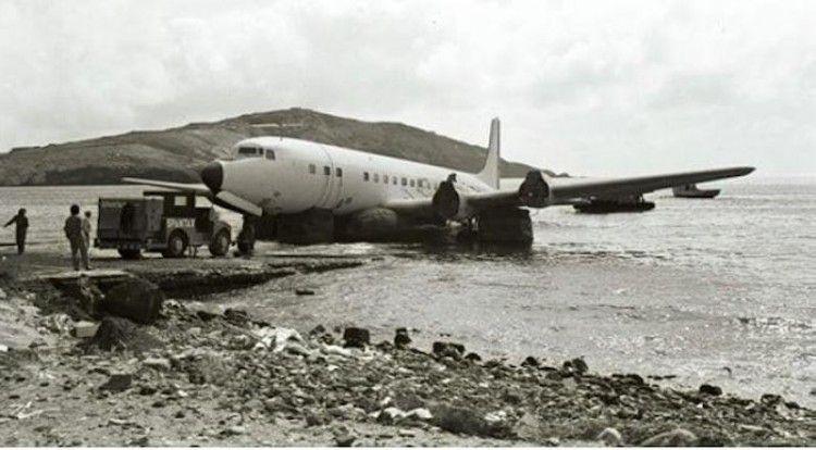 Embarque del avión Douglas DC-7 de Spantax en la bahía de Gando