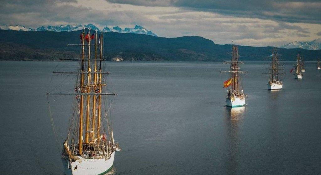 Cuatro buques-escuela, navegando en formación por el estrecho de Magallanes