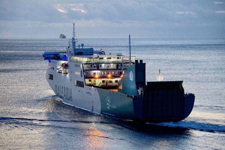 """El ferry """"Sicilia"""" zarpa del puerto de Santa Cruz de Tenerife"""