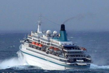 """El buque """"Albatros"""", a su salida del puerto de A Coruña"""