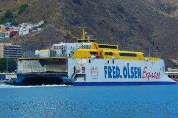 """El catamarán """"Bonanza Express"""", saliendo del puerto de Santa Cruz de Tenerife"""