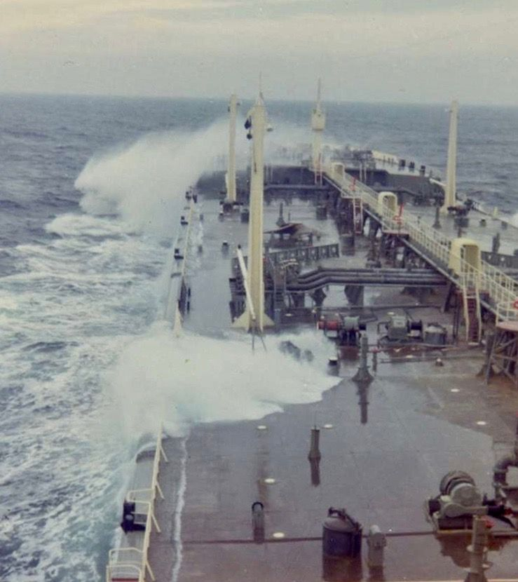Debido al escaso francobordo cuando iba a plena carga, las olas barrían con facilidad la cubierta