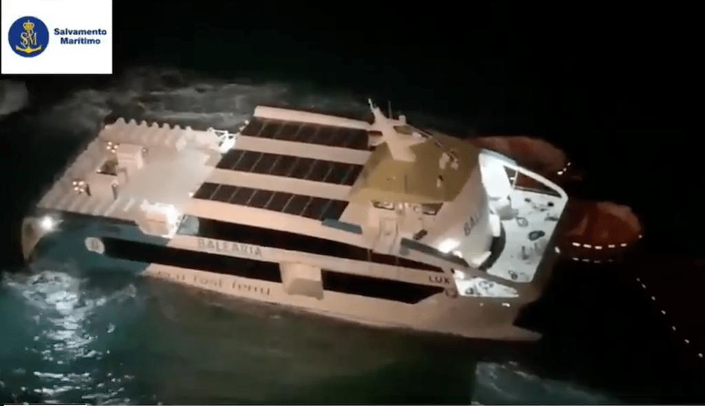 Imagen nocturna de Salvamento Marítimo