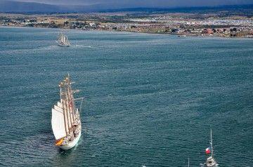 """El buque-escuela """"Juan Sebastián de Elcano"""", en Punta Arenas, precedido por el buque-escuela """"Esmeralda"""""""