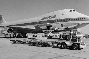 El primer avión Boeing B-747 de Iberia, tras su llegada a Madrid