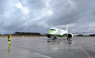 El avión E2 de Binter, a su llegada al aeropuerto de Asturias