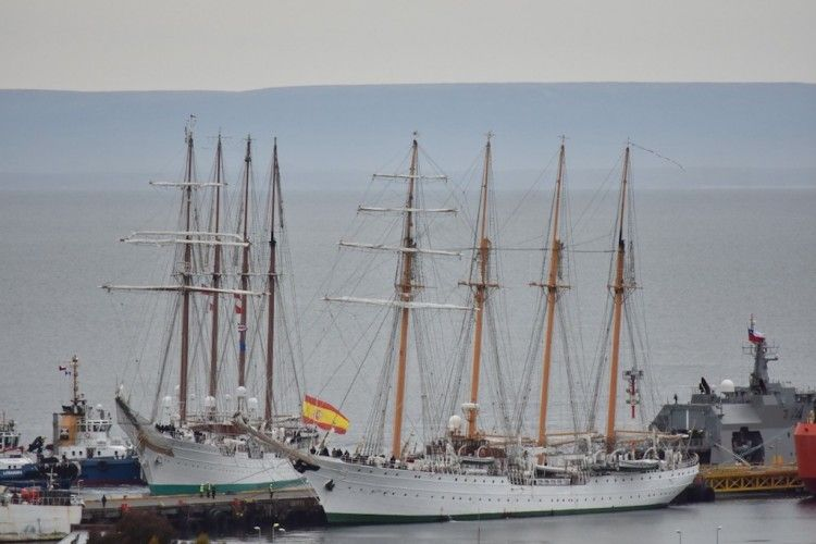 """Los buques-escuela """"Esmeralda"""" y """"Juan Sebastián de Elcano"""" coinciden en Punta Arenas"""