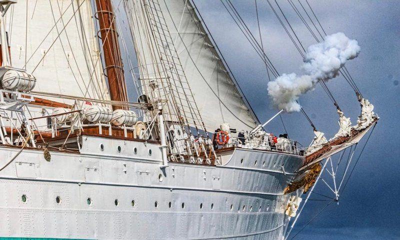 """Saludo al cañón desde el buque-escuela """"Juan Sebastián de Elcano"""""""