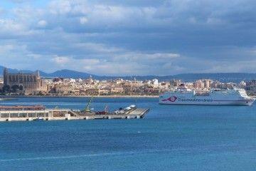 """Maniobra de salida esta mañana del ferry """"Ciudad de Granada"""" del puerto de Palma"""