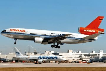 Douglas DC-10 de VIASA, a punto de aterrizar en el aeropuerto de Miami
