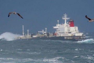 """El petrolero """"Castillo de Monterreal"""", a su salida de A Coruña"""