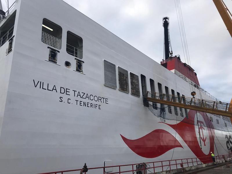 El buque ya está pintado con la nueva imagen corporativa de Trasmediterránea