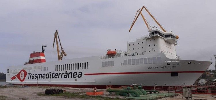 """El buque """"Villa de Tazacorte"""", amarrado en el muelle de armamento de Astilleros de Santander"""
