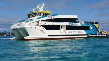 """El reflotamiento del catamarán """"Eco Lux"""" ha tenido final feliz"""