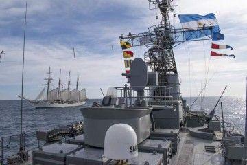 """El buque-escuela """"Juan Sebastián de Elcano"""", visto desde la corbeta ARA """"Granville"""""""