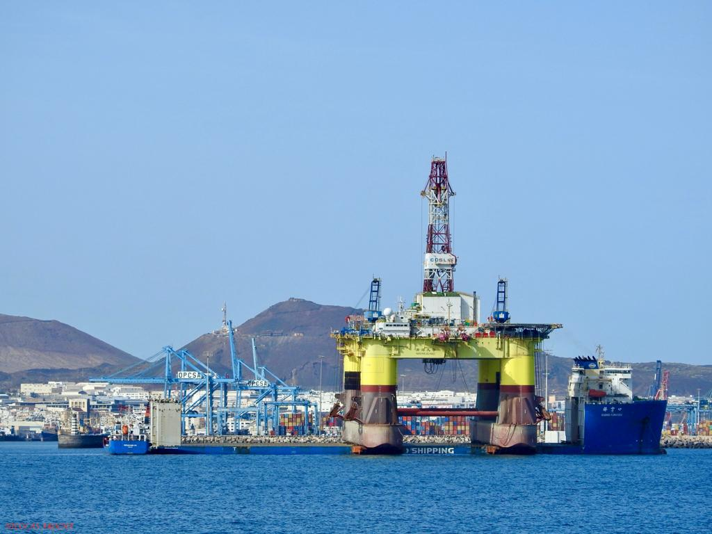 Observese el tamaño del petrolero abarloado por la popa del buque dique chino