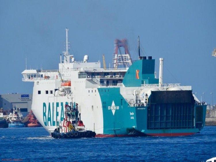 """Maniobra del buque """"Marie Curie"""" en Las Palmas con ayuda de remolcador"""
