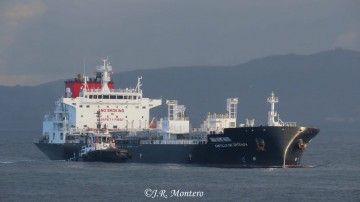 """El petrolero """"Castillo de Arteaga"""", a su llegada ayer al puerto de A Coruña"""