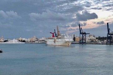 """El buque """"Carnival Fascination"""", a su salida del puerto de Cádiz"""