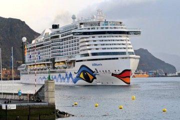 """El megacrucero """"AIDAperla"""", en una escala anterior, en el puerto de Santa Cruz de Tenerife"""