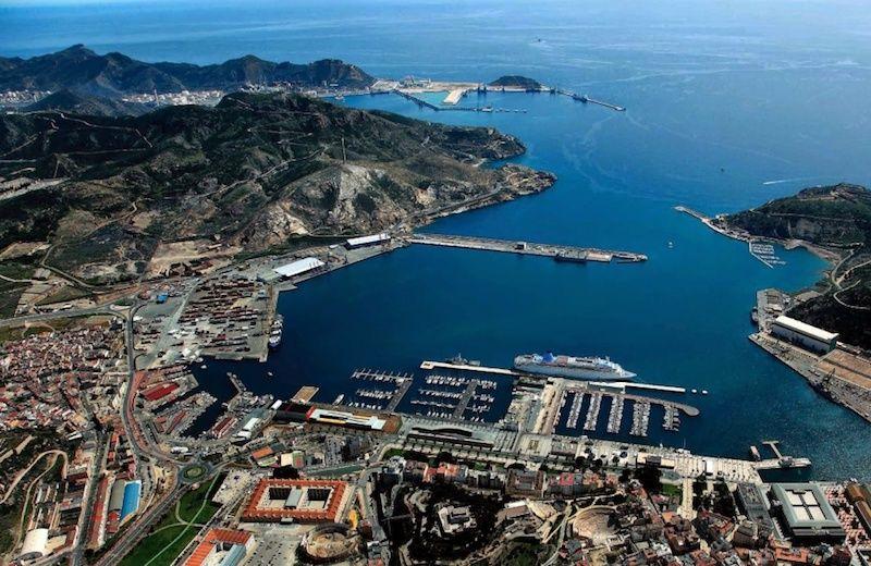 Panorámica del puerto de Cartagena. Al fondo, el puerto de Escombreras