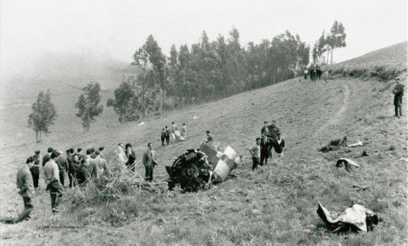 Restos del avión esparcidos en la zona del accidente