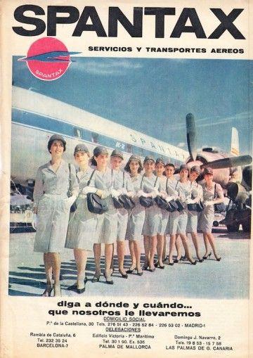 Grupo de azafatas de Spantax junto a un avión Douglas DC-7