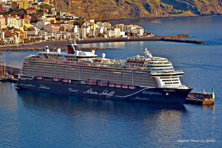 """El buque """"Mein Schiff 2"""", atracado en el puerto de Santa Cruz de La Palma"""